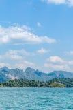 Μπλε σαφείς νερό και μπλε ουρανός με τη λίμνη δεξαμενών βουνών βράχου στοκ εικόνα