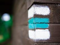 Μπλε σημάδι στον ξύλινο τοίχο, τσεχικός τουρισμός Στοκ εικόνες με δικαίωμα ελεύθερης χρήσης