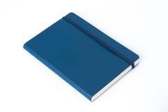 Μπλε σημειωματάριο δέρματος που απομονώνεται στο άσπρο υπόβαθρο στοκ εικόνα