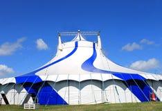 Μπλε σκηνή τσίρκων στον πράσινο τομέα Στοκ φωτογραφία με δικαίωμα ελεύθερης χρήσης