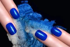 Μπλε σκιά ματιών καρφιών πολωνική και ορυκτή Στοκ Εικόνα
