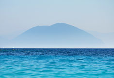 Μπλε σκιαγραφία τοπίων βουνών ωκεάνια των αιχμών Στοκ Εικόνες