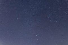 Μπλε σκοτεινός νυχτερινός ουρανός με πολλά αστέρια Αστερισμοί Orion Στοκ Φωτογραφία