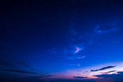 Μπλε σκοτεινός νυχτερινός ουρανός με πολλά αστέρια Διαστημικό υπόβαθρο Στοκ Φωτογραφίες