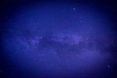 Μπλε σκοτεινός νυχτερινός ουρανός με πολλά αστέρια Στοκ Φωτογραφία
