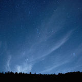 Μπλε σκοτεινός νυχτερινός ουρανός με τα αστέρια. Στοκ Φωτογραφία