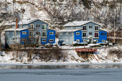 Μπλε σπίτια βαρκών το χειμώνα Στοκ Εικόνες