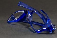 Μπλε σπασμένα γυαλιά στο μαύρο υπόβαθρο Στοκ φωτογραφία με δικαίωμα ελεύθερης χρήσης