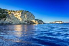 Μπλε σπηλιές στον απότομο βράχο του νησιού της Ζάκυνθου Στοκ Εικόνες