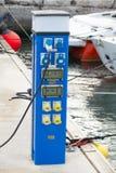 Μπλε στάσεις περίπτωσης παροχής ηλεκτρικού ρεύματος στην επιπλέουσα αποβάθρα Στοκ Εικόνα