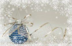 Μπλε σφαίρα και κορδέλλα christmass Στοκ Εικόνα