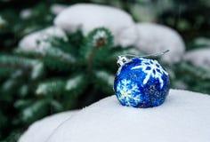 Μπλε σφαίρα Χριστουγέννων στο χιόνι Στοκ Φωτογραφία