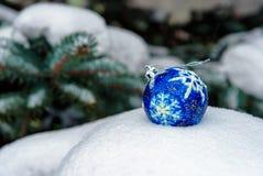 Μπλε σφαίρα Χριστουγέννων στο χιόνι Στοκ Εικόνες