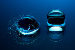 Μπλε σφαίρες κρυστάλλου - παφλασμός στο νερό Στοκ φωτογραφία με δικαίωμα ελεύθερης χρήσης