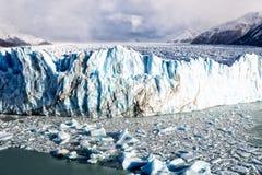Μπλε σχηματισμός πάγου σε μια ημέρα μπλε ουρανού σε Perito Moreno Glacier Στοκ Εικόνες