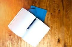 Μπλε σχολικά σημειωματάρια σε έναν ξύλινο πίνακα με το διάστημα κειμένων Στοκ φωτογραφία με δικαίωμα ελεύθερης χρήσης