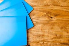 Μπλε σχολικά σημειωματάρια σε έναν ξύλινο πίνακα Στοκ Εικόνες