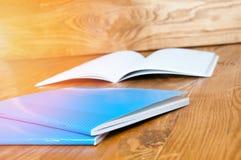Μπλε σχολικά σημειωματάρια σε έναν ξύλινο πίνακα Στοκ φωτογραφία με δικαίωμα ελεύθερης χρήσης