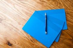 Μπλε σχολικά σημειωματάρια σε έναν ξύλινο πίνακα Στοκ εικόνα με δικαίωμα ελεύθερης χρήσης