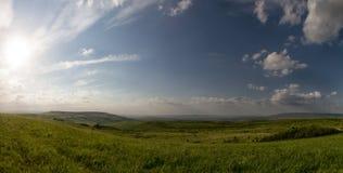 μπλε σύννεφων πλήρες πράσινο τοπίο εστίασης πεδίων ημέρας οφειλόμενο λίγη μετακίνηση όχι εμφανίζει στον ουρανό κάποια άνοιξη που  Στοκ φωτογραφίες με δικαίωμα ελεύθερης χρήσης