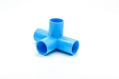 Μπλε σύνδεση σωλήνων PVC με τη βαλβίδα που απομονώνεται στο λευκό Στοκ Φωτογραφία