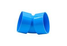 Μπλε σύνδεση σωλήνων PVC με τη βαλβίδα που απομονώνεται στο λευκό Στοκ Εικόνες