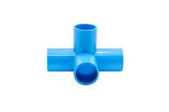 Μπλε σύνδεση σωλήνων PVC με τη βαλβίδα που απομονώνεται στο λευκό Στοκ Φωτογραφίες