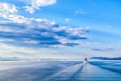 Μπλε τοπίο: νερό, ουρανός και σκάφος της γραμμής κρουαζιέρας Στοκ εικόνα με δικαίωμα ελεύθερης χρήσης