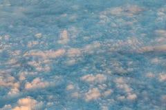 Μπλε τοπ άποψη σύννεφων πέρα από τον ουρανό από το αεροπλάνο Στοκ Εικόνα