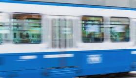 Μπλε τραμ στην οδό πόλεων με την επίδραση θαμπάδων κινήσεων Στοκ φωτογραφία με δικαίωμα ελεύθερης χρήσης
