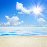 Μπλε τροπικά θάλασσα και σύννεφα στην παραλία ουρανού Στοκ Εικόνα