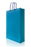 Μπλε τσάντα αγορών, που απομονώνεται με το ψαλίδισμα της πορείας στο άσπρο backgrou Στοκ Εικόνες