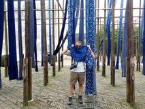 Μπλε τυπωμένο βάφοντας ύφασμα Στοκ Εικόνες