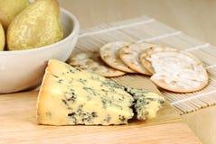 Μπλε τυρί με τα αχλάδια και τις κροτίδες Στοκ Εικόνες