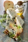 Μπλε τυρί Gorgonzola με αχλάδι, τα ξύλα καρυδιάς και το μέλι προσθηκών το φρέσκο Στοκ Εικόνες