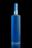 Μπλε υγρό σε ένα σαφές μπουκάλι οινοπνεύματος μεταλλινών Στοκ Φωτογραφίες
