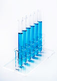 Μπλε υγρό στους σωλήνες δοκιμής σε ένα ράφι Στοκ Φωτογραφία