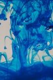 Μπλε υγρό στο νερό Στοκ Φωτογραφία
