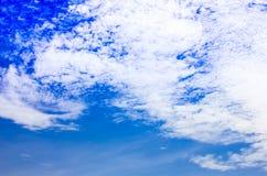 Μπλε υποβάθρου ουρανού με τα άσπρα σύννεφα στοκ φωτογραφίες