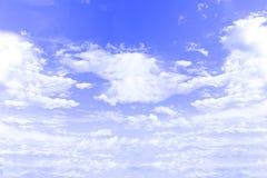 Μπλε υποβάθρου ουρανού με τα άσπρα σύννεφα στοκ εικόνα με δικαίωμα ελεύθερης χρήσης