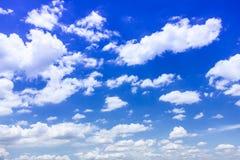 Μπλε υποβάθρου ουρανού με τα άσπρα σύννεφα στοκ φωτογραφία με δικαίωμα ελεύθερης χρήσης