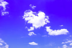 Μπλε υποβάθρου ουρανού με τα άσπρα σύννεφα στοκ εικόνες