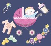 Μπλε υπόβαθρο με ένα μωρό στη ρόδινη μεταφορά μωρών και childr Στοκ Φωτογραφίες