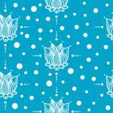 Μπλε υπόβαθρο με τα άσπρα λουλούδια Άνευ ραφής ανασκόπηση Στοκ Εικόνες