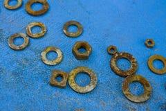 Μπλε υπόβαθρο με τα σκουριασμένα πλυντήρια Στοκ φωτογραφία με δικαίωμα ελεύθερης χρήσης