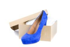 Μπλε υψηλό παπούτσι τακουνιών σε ένα κιβώτιο χαρτοκιβωτίων Στοκ εικόνα με δικαίωμα ελεύθερης χρήσης