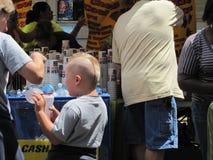 Μπλε φεστιβάλ δαμάσκηνων - αγόρι με το παράξενο κούρεμα Στοκ Φωτογραφία