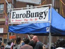 Μπλε φεστιβάλ δαμάσκηνων - σημάδι συσκευών Bungy Στοκ φωτογραφίες με δικαίωμα ελεύθερης χρήσης