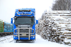 Μπλε φορτηγό αναγραφών Scania R580 V8 στο ναυπηγείο ξυλείας σιδηροδρόμων Στοκ φωτογραφία με δικαίωμα ελεύθερης χρήσης