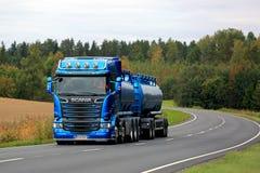 Μπλε φορτηγό δεξαμενών Scania R580 που μεταφέρει με φορτηγό το φθινόπωρο Στοκ Φωτογραφίες